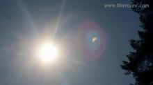 Jumat, hari ke 20 di Bulan Maret 2015. Berbeda dari biasanya, pagi ini anak-anak sangat antusias untuk bergegas berangkat ke sekolah. Sepertinya mereka sudah tidak sabar menantikan fenomena langka yaitu Gerhana Matahari (Sonnenfinsternis) yang dapat dirasakan langsung di negara-negara Eropa bagian Utara termasuk Jerman. Seperti yang sudah saya jelaskan pada postingan sebelumnya (Perhatian! Besok gerhana matahari akan menyerang Jerman dan sekitarnya) bahwa Untuk melihat fenomena gerhana matahari, mata kita tidak boleh menatap langsung ke arah matahari yang tertutup bulan. Akibatnya akan sangat fatal yaitu mampu membakar retina mata dan berujung pada kebutaan. Walau menggunakan pelindung seperti kacamata hitam, belum cukup untuk melindungi mata dari kerusakan. Maka dari itu sejak sehari sebelumnya anak-anak di keluarga saya sudah mempersiapkan kacamata khusus yang didapat dari sekolah mereka. Katanya dari jam 09.00 sampai 12.00 tidak aka nada proses belajar mengajar melainkan guru-guru dan seluruh siswa akan melihat proses terjadinya gerhana matahari. Mengapa Gerhana Matahari berbahaya untuk mata ? Berdasarkan penjelasan Prof B. Ralph Chou yang saya kutip dari berita online Nusantara News, bahwa meskipun 99% cahaya matahari terlindung oleh bulan pada peristiwa gerhana matarahari sehingga wilayah umbra bumi menjadi gelap (seperti malam), namun tetap ada cahaya radiasi dari matahari yang sampai ke bumi, dan sampai ke mata (jika kita langsung menatap dengan mata telanjang). Dan perlu diingat, cahaya matahari terdiri dari berbagai gelombang sinar baik dari sinar tampak (pelangi : me-ji-ku-hi-bi-ni-u) maupun sinar tidak tampak seperti UV yang berenergi dan berfrekuensi tinggi (panjang gelombang 290 nm) hingga sinar cahaya dengan gelombang radio yang berenergi dan berfrekuensi rendah (panjang gelombang beberapa meter) . Pada organ mata,sinar cahaya UV dengan panjang gelombang sekitar 380 nm akan langsung ditransmisikan ke retina (bagian belakang organ mata yang sensitif). D