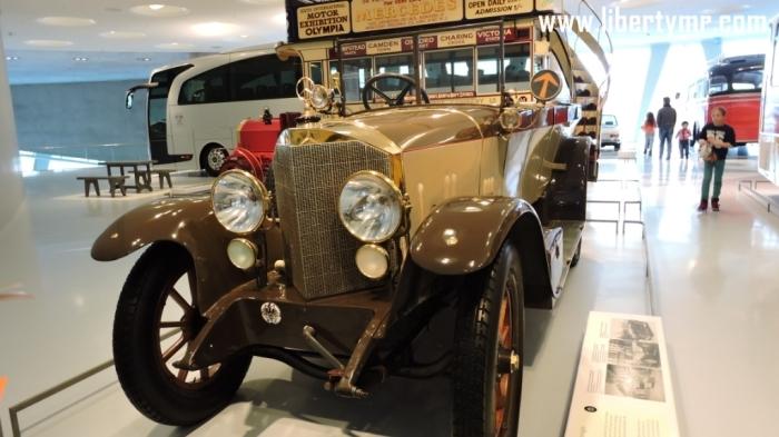 """Setelah melihat koleksi mobil antik bersejarah Mercedes-Benz yang diurut sesuai masanya (Intip koleksi Museum Mercedes-Benz bagian 1: Legende), pengunjung kemudian akan melihat pameran mobil dari berbagai zaman. Disini pameran tidak diatur dalam konteks kronologis seperti sebelumnya melainkan lebih bersifat tematis. Collection  Tema ini diberi nama """"Collection"""" yang menampilkan pengunaan mobil Mercedes-Benz dalam kehidupan manusia sehari-hari, juga beberapa peristiwa penting dimana melibatkan mobil Mercedes-Benz di dalamnya, serta koleksi para artis dan tokoh-tokoh terkenal dunia.  Tema """"Collection"""" terbagi atas beberapa bagian dengan ruangan yang terpisah yaitu Gallery of Voyagers, Gallery of Carriers, Gallery of Helpers, dan Gallery of Celebrities."""