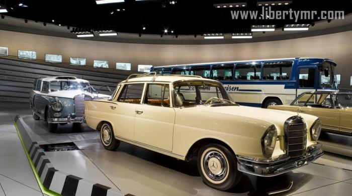 Moin!  Ini adalah lanjutan dari cerita pengalaman saya mengunjungi Markas Mercedes-Benz di Stuttgart. Bagaimana bisa sampai ke tempat aneh nan menakjubkan ini ? silahkan baca tulisan sebelumnya: (Museum Mercedes-Benz). Setelah sempat terheran-heran melihat bentuk bangunan ini dari luar sayapun masuk bersama pengunjung lain yang pada hari itu sangat ramai.  Berikut ini penggolongan jenis dan harga tiket masuk Museum Mercedes-Benz:      Day Ticket | Tiket harian untuk Dewasa : € 8,00     Day Ticket (Reduced) | Tiket harian untuk Remaja (dari usia 15 tahun sampai dengan usia 17 tahun), siswa (dari usia 15 tahun), mahasiswa, semua orang yang berusia di atas 60, dan pengangguran : € 4,00     Day Ticket (Complimentary) | Tiket harian untuk Anak-anak (di bawah usia 15 tahun), kelompok terdaftar dari sekolah menengah atau mahasiswa, termasuk pemimpin kelompok yang menyertainya (setelah register oleh sekolah atau kampus), pengunjung sangat cacat, pemegang Mercedes-Benz Clubcard, wartawan, karyawan Daimler AG : € 0,00     Evening Ticket | Tiket dari jam 4 sampai jam 6 sore (pembelian tiket ditutup pukul 5 sore) Dewasa: € 4,00     Evening Ticket (Reduced) | Tiket dari jam 4 sampai jam 6 sore untuk Remaja (dari usia 15 tahun sampai dengan usia 17 tahun), siswa (dari usia 15 tahun), mahasiswa, semua orang yang berusia di atas 60, dan pengangguran : € 3,00     Group Ticket Grup | Tiket untuk kelompok pengunjung lebih dari 10 orang, Dewasa: € 7,00     One-year ticket | Tiket yang berlaku selama satu tahun, dewasa : € 32,00      Dan masih banyak lagi kategori tiket yang ditawarkan pihak Museum, bahkan ada kategori tiket spesial bagi pengunjung yang berulang tahun tepat hari itu tidak dikenakan biaya.  Setelah melakukan registrasi dan mendapatkan tiket, kita diharuskan untuk menitip tas dan jacket di ruangan yang sudah disediakan dan tentunya dijaga oleh petugas. Meskipun demikian disarankan untuk tetap membawa serta dompet jikamana hendak membeli makanan serta handphone untuk kebut