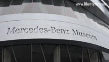 Moin ! Sebulan yang lalu tepatnya tanggal 24 Februari saya berkesempatan mengunjungi salah satu tempat wisata terkenal di kota Stuttgart yaitu Museum Mercedes-Benz. Ibukota negara bagian Baden-Württemberg ini memang merupakan pusat dan cikal-bakal berdirinya pabrikan otomotif terkenal dunia antara lain Mercedez Benz dan Porsche. Museum Mercedes-Benz berada di Mercedesstr. 10, bersebelahan dengan Mercedes-Benz arena yang adalah stadion utama milik klub sepakbola VfB Stuttgart. Untuk menuju ke tempat ini kita bisa menggunakan U-Bahn maupun Bus. Tapi perlu diketahui bahwa U-Bahn menuju ke lokasi museum dan stadion hanya beroperasi jika ada event besar yang dilaksanakan. Contohnya di hari pertandingan klub VfB Stuttgart atau pesta rakyat disekitaran stadion. Dari Hauptbahnhof saya menggunakan U-Bahn nomor 1 arah Vaihingen Bf dan turun di stasiun Charlottenplatz. Selain itu kita bisa juga menggunakan U-Bahn nomor 3, 6, 8 dan 18 karena kelima jurusan ini sama-sama melewati stasiun Charlottenplatz. Stuttgart Hauptbahnhof adalah stasiun yang sangat besar dengan lalu-lintas kereta yang padat dan cupuk rumit. Diperlukan ketelitian dalam membaca peta dan petunjuk menuju ke gleis (peron) yang ingin dituju. Dari stasiun Charlottenplatz saya melanjutkan perjalanan menggunakan U-Bahn nomor 2 arah Neugereut dan turun di stasiun Bad Cannstatt. Alternatif lain adalah U-Bahn nomor 1 arah Fellbach Lutherkirche yang juga akan singgah di stasiun Bad Cannstatt. Dalam perjalanan, sekilas pandang kota Stuttgart jauh dari kesan modern. Mulai dari bangunan, sarana lalu-lintas, juga pemandangan masih terlihat tradisional dengan barisan bukit yang memagari sisi luar kota ini. Rumah-rumah khas jerman kuno terkadang berjajar tidak rapi diatas bebukitan bersama pepohonan yang kala itu tidak berdaun. Tiba di stasiun Charlottenplatz, sebenarnya bisa dilanjutkan dengan U-Bahn nomor 19 arah Daimler-Stadion. Namun seperti yang saya sampaikan tadi bahwa jalur ini hanya beroperasi pada hari-hari khusus a