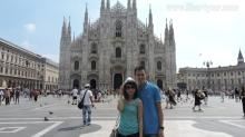 Kami di halaman depan Katedral Milano