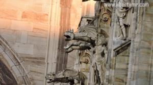 Bermacam ukiran dan patung di sepanjang dinding dan pilar Katedral