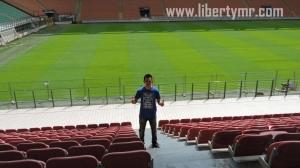 """Masih menelusuri kota Milan, saat ini saya ajak pembaca sekalian melihat stadion sepakbola Giuseppe Meazza di San Siro. Bagi pecinta sepakbola pasti sudah tidak asing lagi dengan nama ini. Ya, markas dua klub sepakbola besar liga Italia, Inter Milan dan AC Milan. Seteru abadi yang memiliki fans fanatic tidak hanya di negara asal melainkan juga di belahan dunia lain, Indonesia. Saya termasuk bagian di dalamnya, sangat menggemari Inter Milan sejak pertama kali mengenal sepakbola. Hari yang cerah di ibukota Lombardia, kami memulai perjalanan sekitar jam 9 pagi dari rumah penginapan menggunakan Metro nomor-1 berwarna merah ke arah Rho Fiera dan turun di stasiun Lotto. Dari sana kami lanjut menggunakan metro nomor-5 berwarna ungu dengan tujuan akhir stasiun San Siro Stadio. Metro jalur ini tidak mempunyai awak/pengemudi alias berjalan secara otomatis. Jarak dari stasiun Metro menuju stadion kira-kira 5 menit jalan kaki, sampai ke Ingresso / Gate 8. Di pintu masuk ini akan diperiksa tiket para pengunjung. Bagi yang belum memiliki tiket, tersedia konter penjualan tepat di pintu masuk. Kebetulan kami sudah membeli tiket secara online jauh hari sebelumnya jadi tidak perlu antri di depan loket. Harga tiket masuk tour stadion dan museum bervariasi mulai dari 12€ (untuk usia dibawah 14 tahun, diatas 65 tahun, dan pemegang kartu Siamo Noi), 17€ (untuk orang dewasa), dan anak dibawah 6 tahun juga orang dengan keterbatasan khusus tidak dipungut biaya. Bagi yang melakukan tour dengan rombongan berjumlah 20 sampai 49 orang dipatok seharga 14€ (dewasa), diatas 50 orang hanya seharga 12€ (dewasa). Tour stadion dan Museum San Siro dibuka setiap hari mulai pukul 9.30 sampai pukul 17.00. Pada hari dimana akan dilangsungkan event di stadion ini, tour tidak diadakan. Untuk itu sebelum menyusun rencana ada baiknya melihat kalender event di website resmi San Siro Milano. """"Uno stadio, 2 Squadre, Il Loro Negozio"""" yang artinya satu stadion, dua tim, milik bersama. Tour dimulai, pengunjung dibaw"""