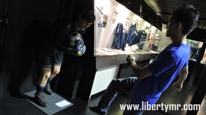 Bola berhasil ditangkap oleh Gianluca Pangliuca
