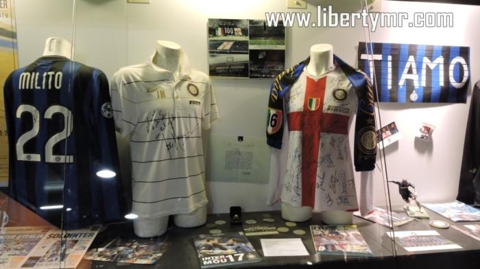 Beberapa seragam bersejarah. Dari kiri : Milik Diego Milito, Jose Mourinho, dan jersey 100 tahun Inter Milan.