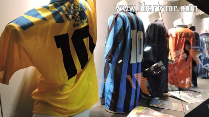 Deretan bekas jersey pemain legendari Inter, beberapa diantaranya yaitu Luiz Ronaldo dan Roberto Baggio.