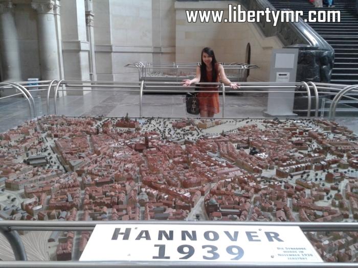 Hannover adalah kota pertama saya menginjakkan kaki di Jerman, disini juga saya menjalani tahun pertama di perantauan sebagai Au Pair. Kota ini terkenal dengan orang-orangnya yang berbicara tanpa dialek, tanpa aksen, alias murni bahasa Jerman baku dan jelas (Hochdeutsch). Ini menjadi identitas ketika para Hannoveraner (sebutan bagi penduduk asli Hannover) berada di daerah lain, akan mudah dikenali dari cara mereka berbicara. Hannover merupakan ibukota dari negara bagian Niedersachsen, menjadi salah satu pusat digelarnya pameran di Republik Federal Jerman (contohnya). Pada tahun 2000 pernah menjadi tuan rumah event internasional 5 tahunan sekali yaitu World Expo seperti yang diadakan tahun lalu di Milan Italia. Dari segi pariwisata, Hannover memiliki beberapa daya tarik yang mengundang banyak pelancong baik dari dalam maupun luar negeri. Disini saya akan membahas objek-objek wisata yang wajib dikunjungi ketika pembaca sekalian berkunjung ke kota ini. Dimulai dari yang paling terkenal : Neues Rathaus. Neues Rathaus Neues Rathaus atau dalam bahasa Indonesia artinya balai kota Baru. Merupakan ikon Hannover, bangunan kebanggan masyarakat disini, juga sebagai pusat administrasi dan pemerintahan. Meskipun disebut baru, Neues Rathaus ini sudah diresmikan sejak 20 Juli 1913 menggantikan balai kota lama yang berada disamping Marktkirche. Ditempat ini biasanya masyarakat menghabiskan waktu untuk berpiknik bersama keluarga maupun teman-teman. Disekitar bangunan utama terdapat taman yang luas dengan danau kecil dikelilingi oleh pepohonan rindang. Saat matahari sedang cerah-cerahnya bersinar kita bisa melihat pemandangan menakjubkan yaitu danau yang memantulkan gambar Neues Rathaus seperti cermin saking jernihnya. Bentuk bangunan ini sendiri menyerupai kastil atau istana jaman dulu, dimana terdapat menara kubah yang menjulang tinggi dengan ukiran dan warna yang sangat khas. Pengunjung bisa naik sampai keatas menara menggunakan lift unik yang bergerak dengan kemirigan 70 derajat, 