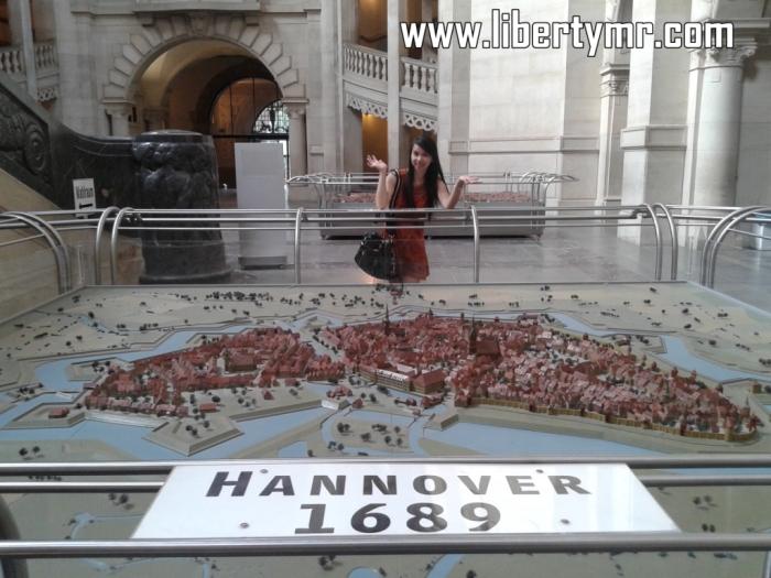 Ruangan didalam Neues Rathaus didesain sedemikian rupa sehingga orang didalamnya berasa seperti dalam sebuah istana. Langit-langit bergaya Gothik seperti di Kolner Dom, dipajang miniature sejarah Hannover dari masa ke masa, bahkan saat kota ini mengalami kehancuran total saat perang dunia kedua.