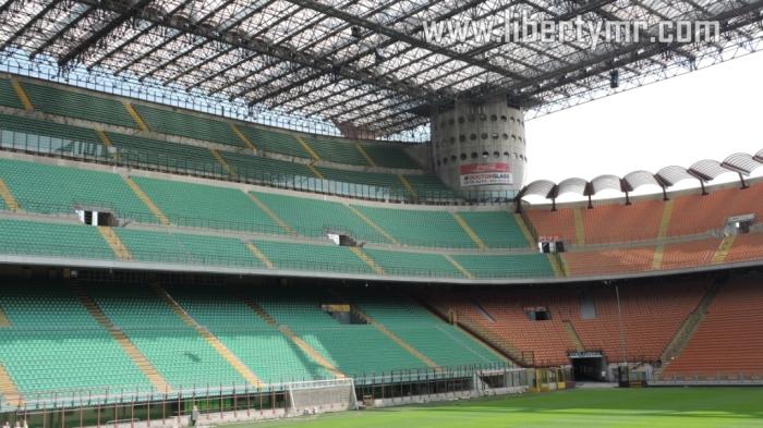 Curva Nord (Tribun utara) dikuasai oleh suporter fanatik Inter Milan