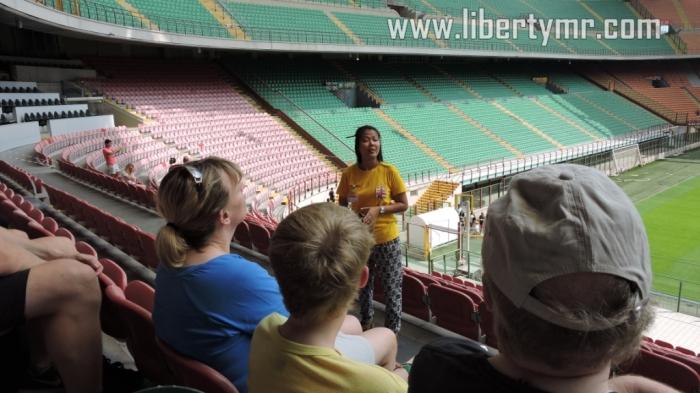 Pemandu tour sedang menjelaskan seluk-beluk mengenai stadion ini
