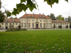 Herrenhauser Gärten yang terletak di Herrenhausen, sebuah distrik urban Hannover, ibukota Niedersachsen terdiri dari Großer Garten (Great Garden), Berggarten, Georgengarten dan Welfengarten. Semuanya ini merupakan kebun warisan raja-raja Hanover. Saya mempunyai kenangan tersendiri di Herrenhauser Gärten. Saat itu hari ulang tahun ke-22, tahun pertama tinggal di Jerman, mendapatkan kejutan dari Gastfamilie di tempat ini. Ceritanya saya disuruh berpakaian ala raja-raja plus segala kelengkapannya seperti mahkota dan pedang. Sempat heran dan bertanya-tanya dalam hati apa sebenarnya yang direncanakan. Tau-taunya mata saya ditutup dengan kain, dibawa ke suatu tempat sampai pusing jadinya. Hehe. Sampai tiba saatnya penutup mata dibuka, keindahan lampu-lampu dan permainan air mancur yang pertama kali saya lihat. Großer Garten telah menjadi salah satu taman istana yang paling terkenal tidak hanya di Jerman namun juga di seluruh Eropa. Sedangkan Berggarten telah dirubah sedemikian rupa, dari awalnya sebuah kebun sayur sederhana menjadi sebuah kebun botani raksasa dengan atraksinya yang memikat banyak wisatawan untuk berkunjung kesini. Begitu juga dengan Georgengarten dan Welfengarten yang telah dirancang seperti gaya taman-taman di Inggris, dimana keduanya merupakan tempat rekreasi yang popular bagi masyarakat Hannover. Sejarah taman ini mencakup beberapa abad yang terus dilestarikan hingga saat ini. Großer Garten Seperti namanya, Großer Garten adalah sebuah taman raksasa berukuran 50 hektar yang terdiri dari rumput, pagar, bunga-bunga, trotoar, dan patung-patung yang diatur sedemikian rapi dalam pola geometris. Sepanjang tahun selalu diadakan festival-festival tingkat Internasional di tempat ini. Salah satu yang sempat saya saksikan pada tahun 2014 yang lalu adalah festival kembang api yang didesain sedemikian cantiknya. Berggarten Berggarten dibuat pada tahun 1666 sebagai kebun sayur untuk Großer Garten diatas sebuah bukit di utara istana Herrenhauser. Ratu Hannover kemudia