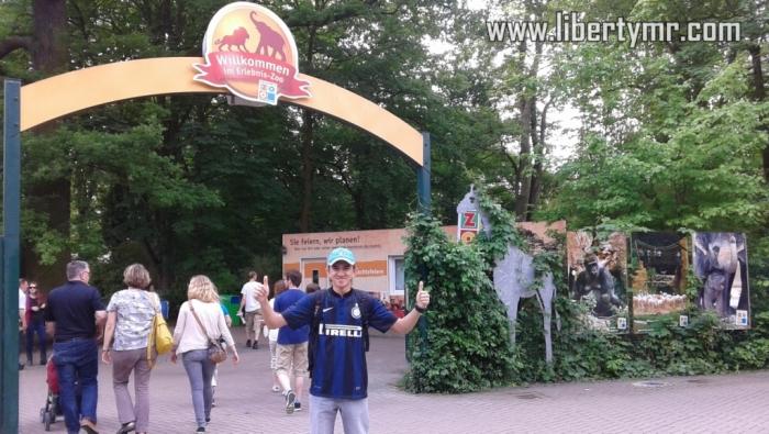 "Salah satu objek wisata keluarga yang tidak boleh dilewatkan saat berkunjung ke Hannover adalah Erlebnis Zoo Hannover. Dulu waktu saya tinggal di Hannover, biasanya selesai bersepeda setiap hari Minggu pasti menyempatkan diri ke tempat ini untuk sekedar beristirahat sembari mengisi perut yang lapar, hehe. Itu karena saya memiliki tiket masuk yang berlaku selama satu tahun, jadi tidak perlu lagi membeli karcis.  Kebun binatang ini mengusung tema petualangan, dimana tidak hanya menyajikan koleksi hewan-hewan yang hidup di tempat ini melainkan juga wahana-wahana bermain dan belajar yang mengasyikkan.  Erlebnis Zoo Hannover didirikan pada tanggal 4 Mei 1865 dan meliputi area seluas 22 hektar. Saat ini menampung sekitar 2.200 hewan dari 211 spesies, menjadikannya sebagai salah satu yang terkenal dan paling banyak dikunjungi di Jerman. Yang menarik adalah beberapa jenis hewan dibiarkan bebas diantara para pengunjung tanpa ada batasan. Tentunya hewan ini sudah dijinakkan sehingga tidak membahayakan orang-orang disekitar.  Dengan konsep petualangan, Zoo Hannover dibagi menjadi tujuh bagian, atau juga disebut tujuh dunia dimana masing-masing mempunyai ciri khas dan fungsi masing masing : Zambezi  Area yang pertama ini bertemakan padang rumput Afrika, dinamakan berdasarkan salah satu sungai penting di Afrika ""Zambezi"". Pengunjung dibawa seolah benar-benar sedang berada di Afrika, dikelilingi oleh sungai kecil berliku-liku yang menghubungkan kandang dari jerapah, singa, pelikan, kuda nil dan zebra. Diatas sungai ini pengunjung bisa menyewa perahu kecil sambil menikmati petualangan. Kibongo  Kibongo terletak tepat ditengah-tengah kebun binatang dan bertemakan Gorillaberg (gunung gorilla). Mulai dari kaki gunung sampai puncak dihuni oleh berbagai macam kera dan sejenisnya. Selama menjelajah Kibongo ini pengunjung dihadapkan dengan teori evolusi manusia termasuk juga kegiatan-kegiatan penggalian replica manusia purba. Diujung jalan ada rumah hutan dengan fasilitas indoor gorila, "